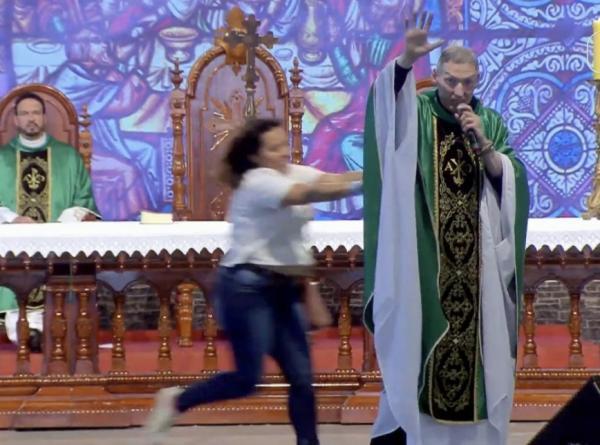 Padre Marcelo afirma ter perdoado mulher que o empurrou de palco