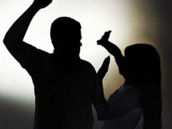 URGENTE - Movido por ciúmes, homem agride esposa e mulher revida com faca.