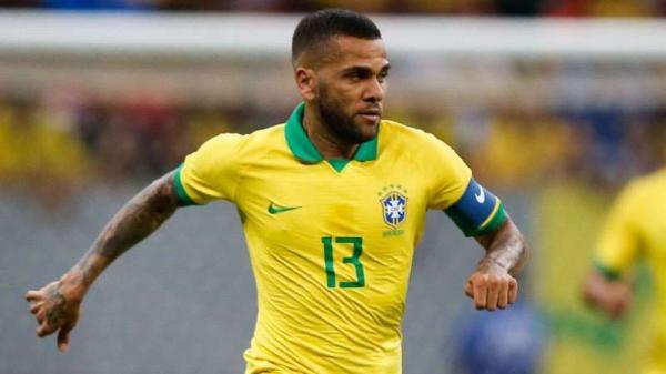 Daniel Alves vira o jogador com maior salário do Brasil