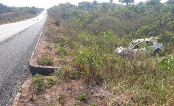 Após tentar ultrapassagem, carro capota e uma pessoa morre na BR-364, em RO
