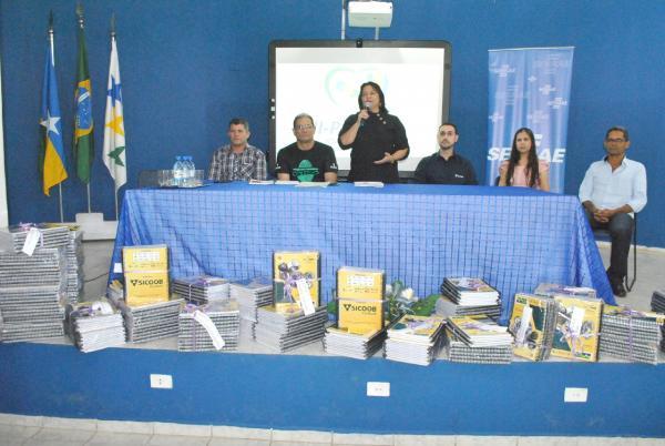 Projeto Educação para o Futuro entrega apostilas em Ji-Paraná