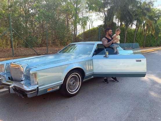 Gusttavo Lima mostra carro antigo em foto com filho Samuel