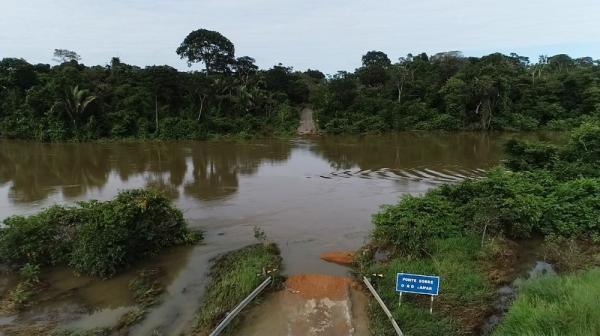 Ponte sobre o Rio Jamari em Alto Paraíso é arrastada devido a enchente
