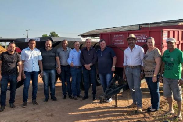 Lazinho da Fetagro entrega equipamentos agrícolas