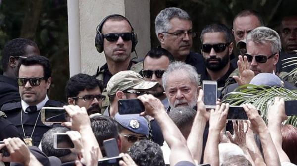 URGENTE - AO VIVO LULA ACABA DE DEIXAR A PRISÃO EM CURITIBA