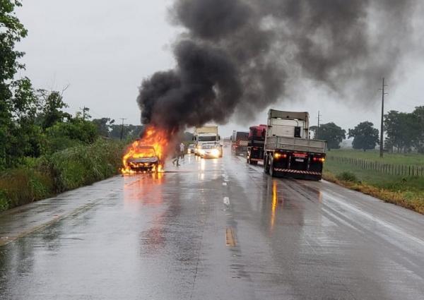 Corolla com família rondoniense pega fogo na BR-364
