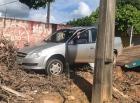 Criança solta freio de mão de veículo que desce morro e por pouco não bate em muro, em Jaru
