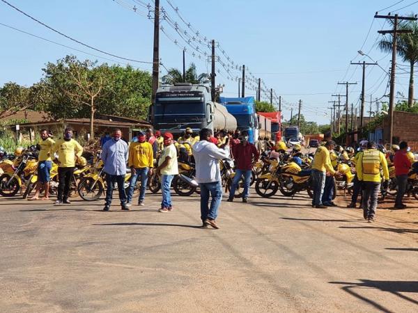 MOTOTAXISTAS FECHAM RUA E CLAMA POR SOCORRO