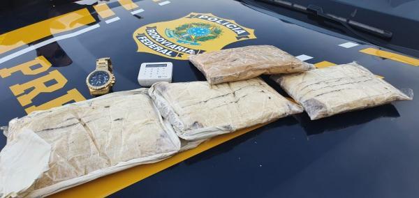 Motorista de aplicativo e passageiro são presos com quase R$ 8 mil em Drogas