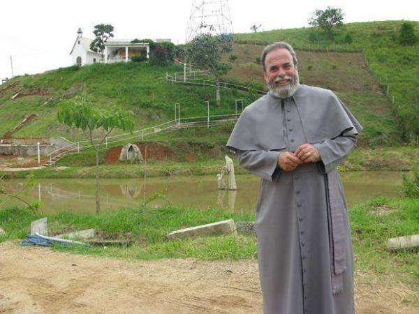 Padre Antonio Maria testa positivo para Covid-19;
