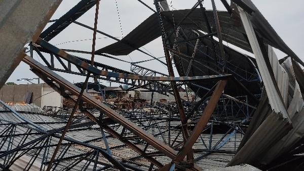 Vento �joga� estrutura de quase 100 metros na rua em Ji-Paran�