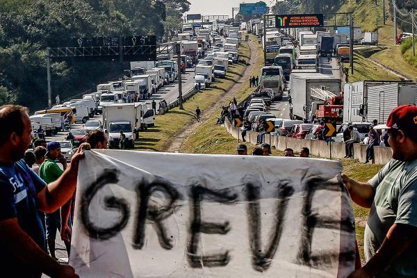 BOLSONARO APELA PARA CAMINHONEIROS NÃO FAZER GREVE