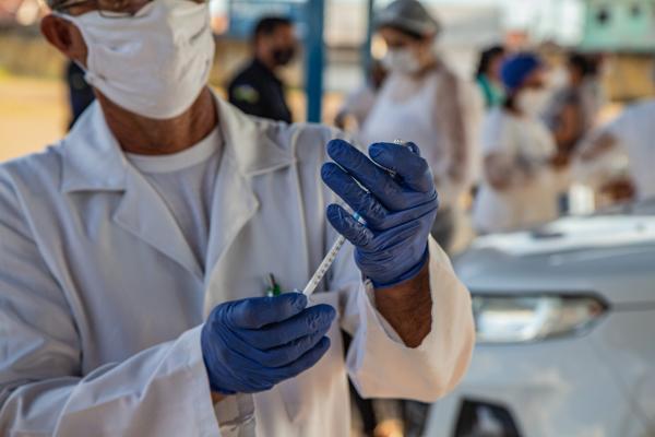 Vacinação em idosos a partir de 60 anos é iniciada nesta quarta-feira