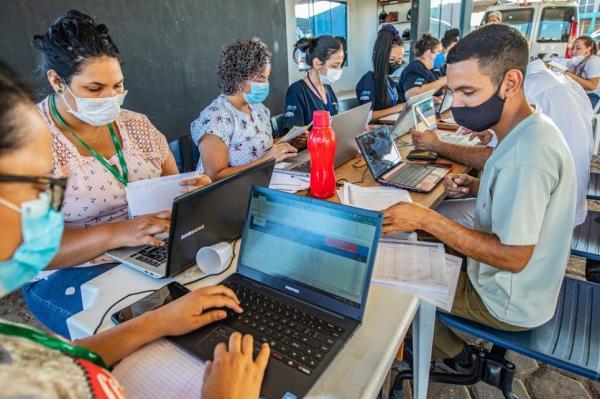 Mais de 200 voluntários participam do drive-thru de vacinação