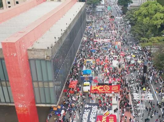 Brasil registra mais de meio milhão de mortos e há protestos contra Bolsonaro em todo o País