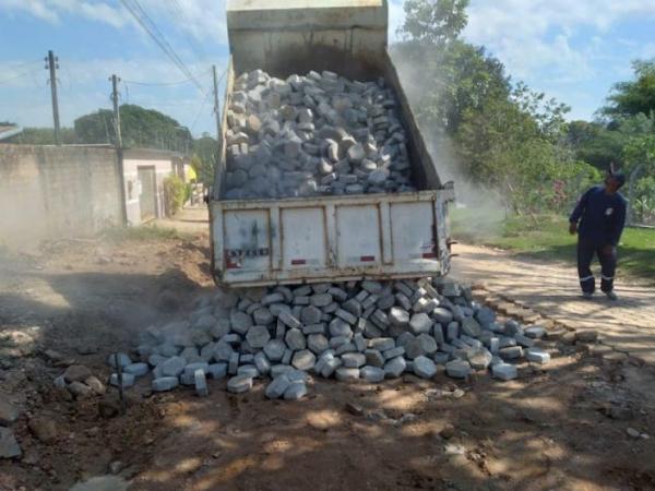 Em Ji Parana  ruas e avenidas pavimentadas com blocos estão recebendo manutenção.