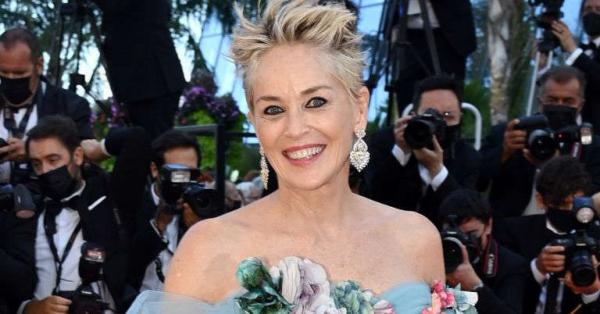 Vestido digno de conto de fadas transformou Sharon Stone em uma princesa aos 63 anos