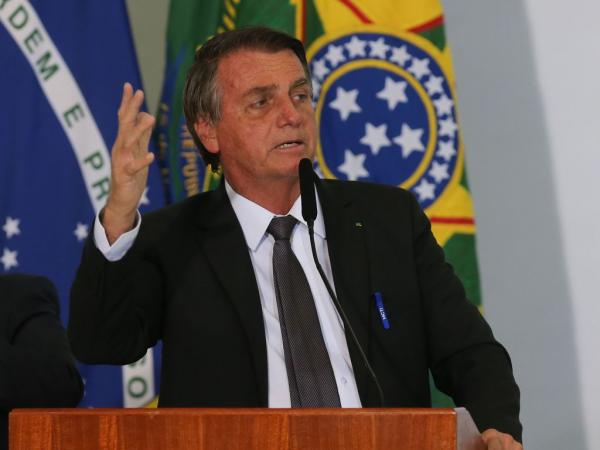Bolsonaro faz ataque a sistema eleitoral e justifica troca de militares pelo centrão