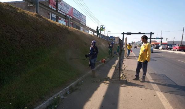 SECRETÁRIA DE OBRAS REALIZA LIMPEZA DE RUAS