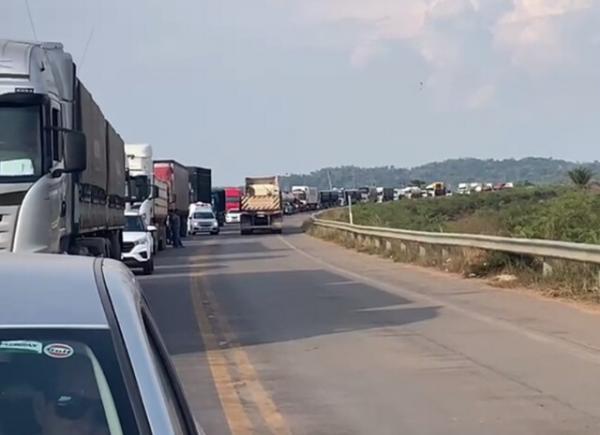 Motoristas aguardam 2 horas para trafegar pela BR-364 rumo à Ponta do Abunã