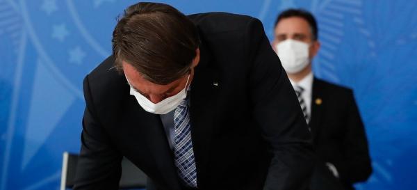 Bolsonaro assina MP que dificulta retirada de conteúdos da internet