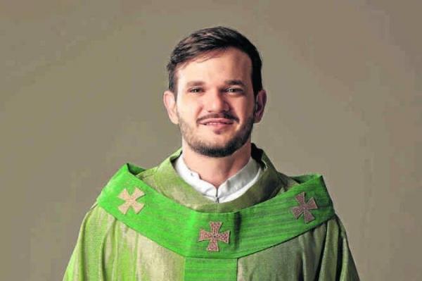 Entrevista: o padre que alcança milhões através das redes sociais