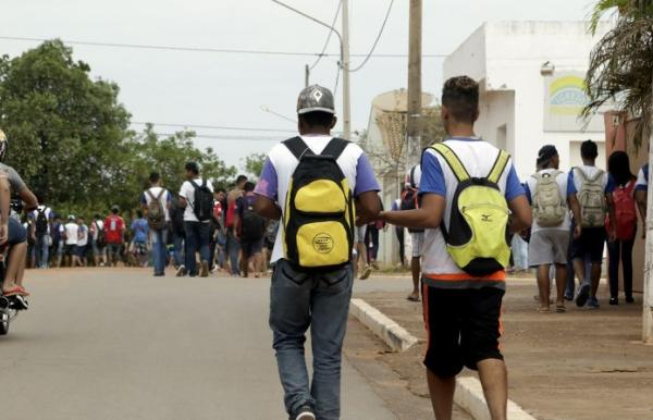 """SEM UNIFORME - Pais afirmam que estudantes foram """"humilhados"""" em Escola"""