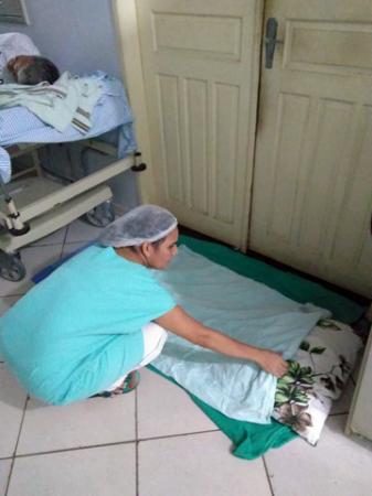 DESCASO - Funcionaria do maior hospital de Rondônia desabafa após arrumar colchão no chão para paciente