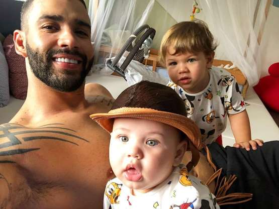 Gusttavo Lima mostra fotos dos filhos e web enxerga semelhança: 'Puxaram a mãe'