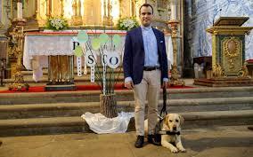 A emocionante história do primeiro cego a ser ordenado padre em Portugal