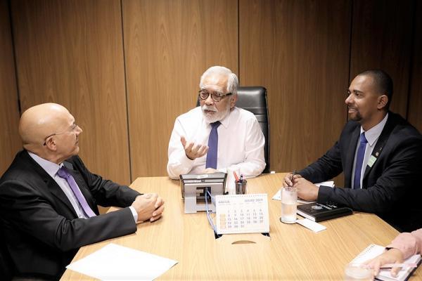 """Senador Confúcio e deputado Jhony Paixão reivindicam a continuidade das obras paralisadas do programa """"Minha Casa, Minha Vida"""""""