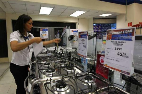 Corte de juros não chega a consumidor e comércio deixa de ganhar R$ 40 bi