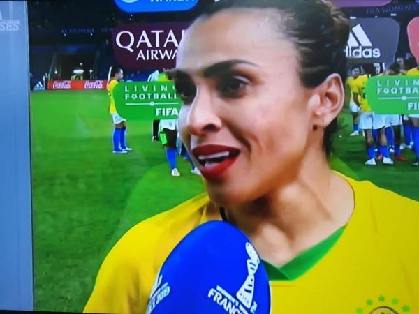Marta se emociona e pede renovação no futebol feminino