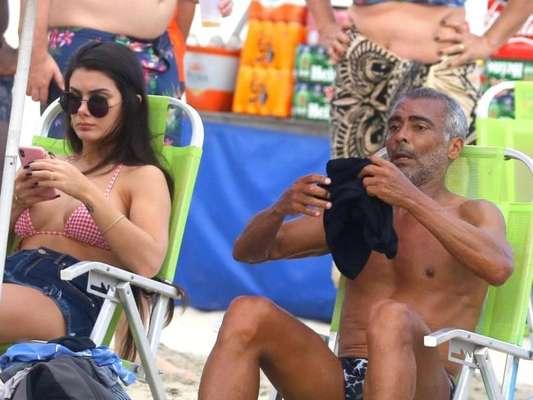 Romário leva a nova namorada, 31 anos mais nova, à praia do Rio