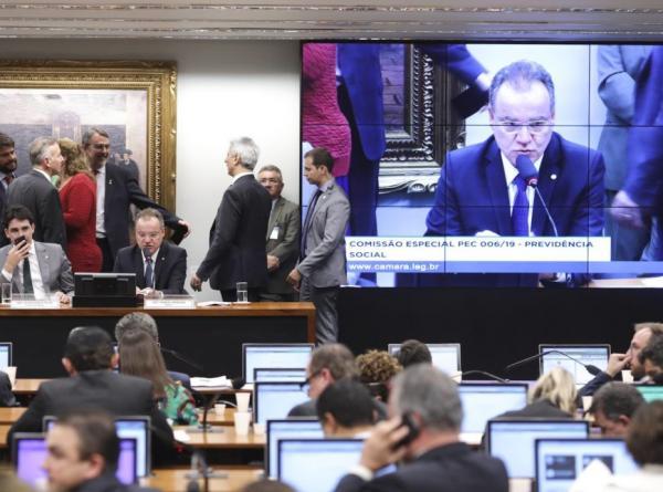 Comissão especial dá redação final à Previdência; texto vai para 2º turno