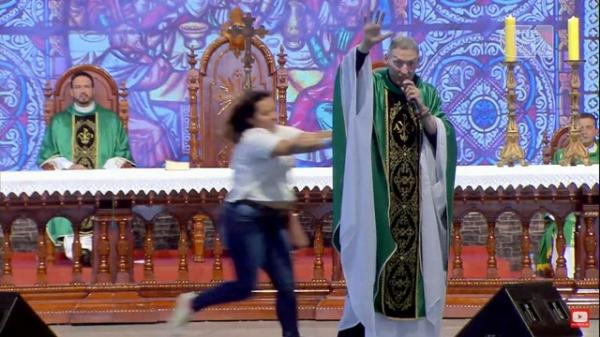 Mulher empurra Padre Marcelo Rossi de altar durante missa em Cachoeira Paulista